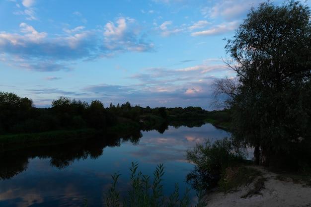 Zonsondergang in het wild op de rivier.