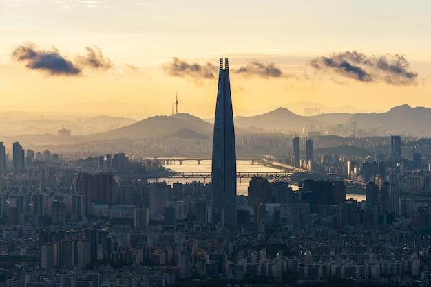 Zonsondergang in namhansanseong in de stad van seoel, zuid-korea.
