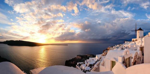 Zonsondergang in oia dorp op santorini eiland, griekenland