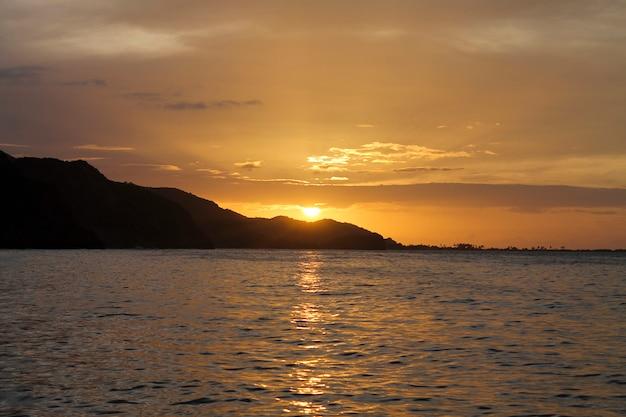 Zonsondergang in rio caribe, venezuela