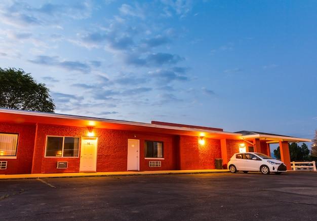 Zonsondergang in toeristisch motel
