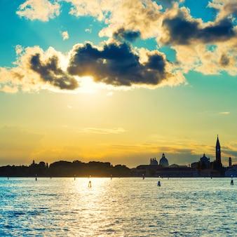 Zonsondergang in venetië. uitzicht vanaf de zee naar het san marcoplein