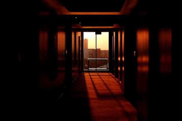 Zonsondergang komt door de ramen van een hotel