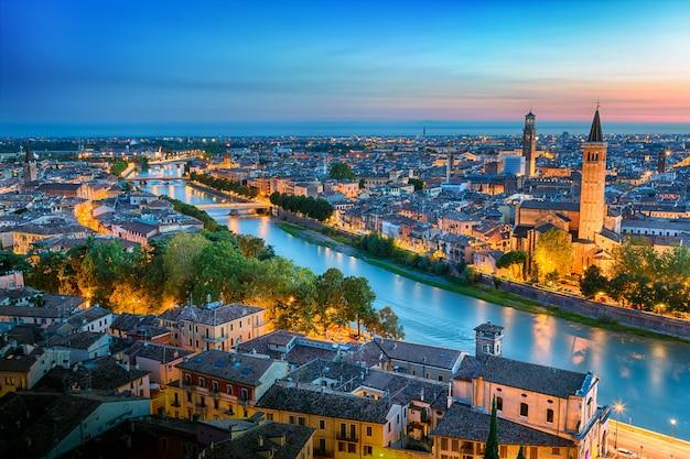 Zonsondergang luchtfoto panoramisch uitzicht op verona. italië. blauw uur