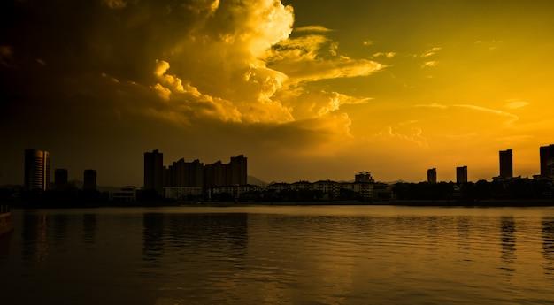 Zonsondergang met de stad