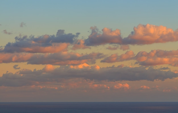 Zonsondergang met hoge gekleurde wolken