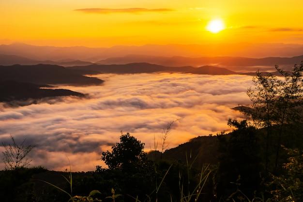 Zonsondergang met uitzicht op bergen met mist