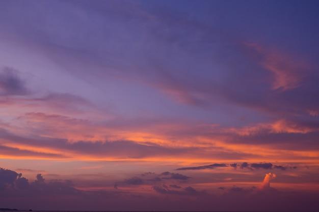 Zonsondergang met wolken, zomertijd, mooie hemel