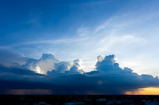 Zonsondergang met wolken