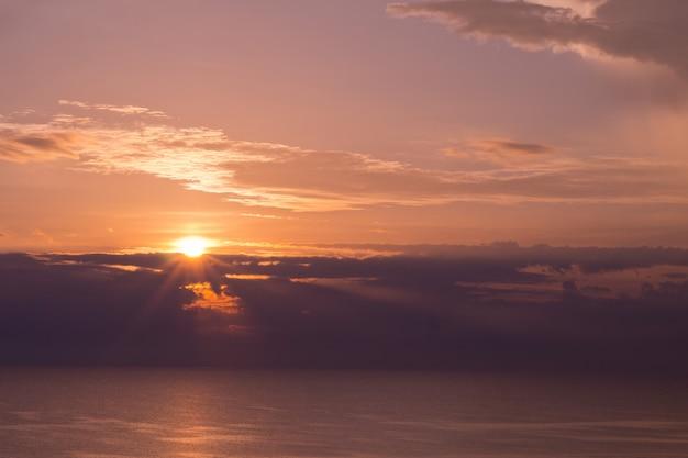 Zonsondergang met wolkenachtergrond, zomertijd, mooie hemel
