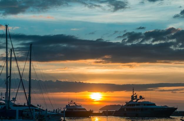 Zonsondergang met wolkenhemel op de pier