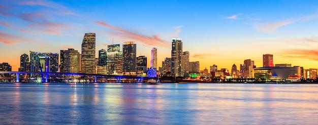 Zonsondergang met zakelijke en residentiële gebouwen, miami, panoramisch uitzicht, verenigde staten
