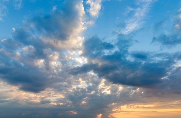 Zonsondergang met zonnestralen en wolken