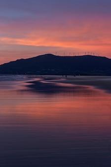 Zonsondergang oceaan strand van spanje andalusië. atlantische oceaan golven achtergrond heldere magische zomer zonsondergang hemel