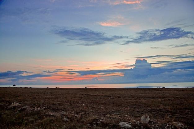 Zonsondergang of zonsopgang op het strand. minimalistische scène