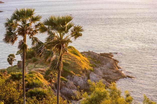 Zonsondergang op avondtijd in promthep cape, eiland phuket.