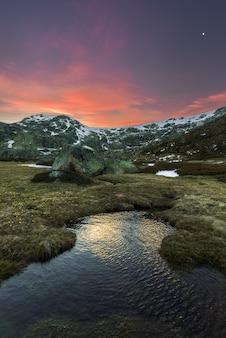 Zonsondergang op de bergen