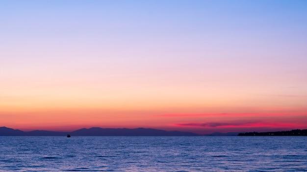 Zonsondergang op de egeïsche zee, schip en land in de verte, water, griekenland