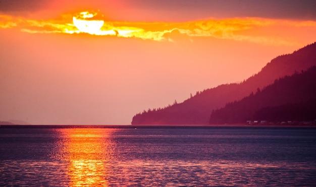 Zonsondergang op de fjorden van alaska.