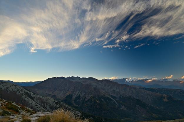 Zonsondergang op de kleurrijke cloudscape van alpen