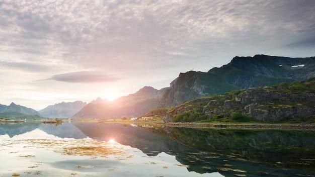 Zonsondergang op de lofoten-eilanden in noorwegen
