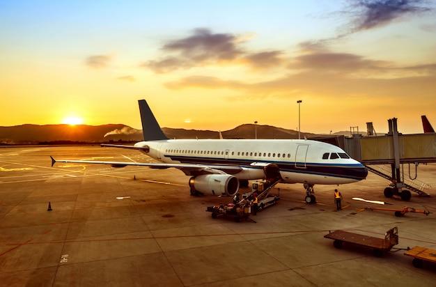 Zonsondergang op de luchthaven