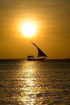 Zonsondergang op de oceaan in zanzibar