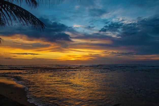 Zonsondergang op de oceaan. sri lanka.