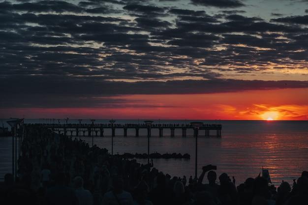 Zonsondergang op de pier in palanga, oostzee.