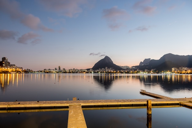 Zonsondergang op de rodrigo de freitas-lagune in rio de janeiro, brazilië.