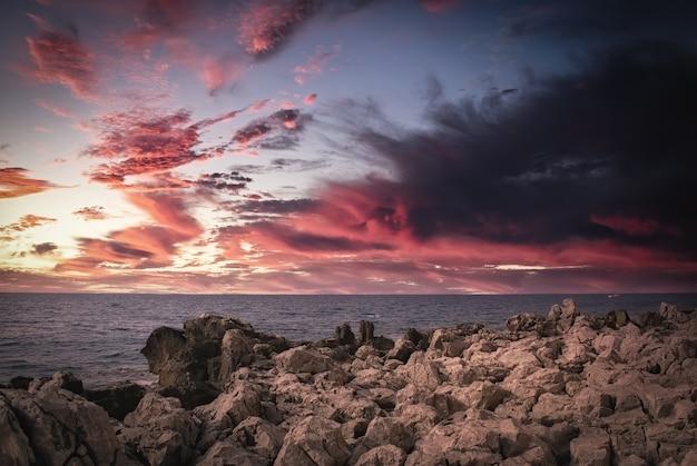 Zonsondergang op de rotsachtige kusten