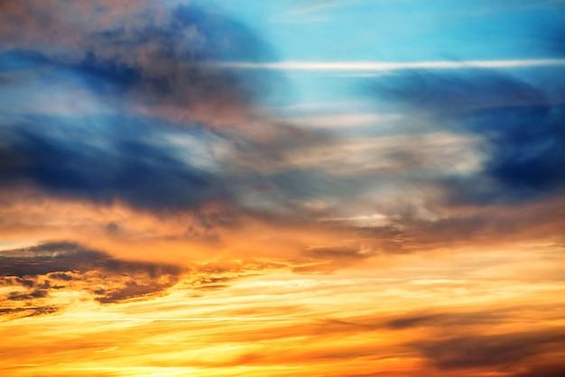 Zonsondergang op dramatische hemel met rode, gele, oranje en blauwe kleuren