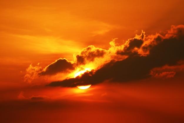 Zonsondergang op hemel en zonnestraal terug silhouet avondwolk
