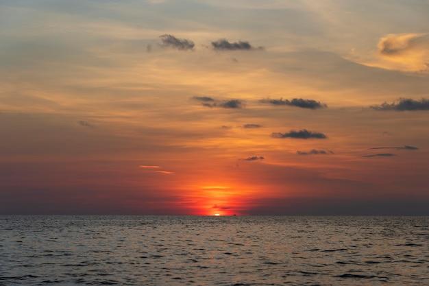 Zonsondergang op het eiland phu quoc, vietnam. reizen en natuur concept. avondlucht, wolken, zon en zeewater
