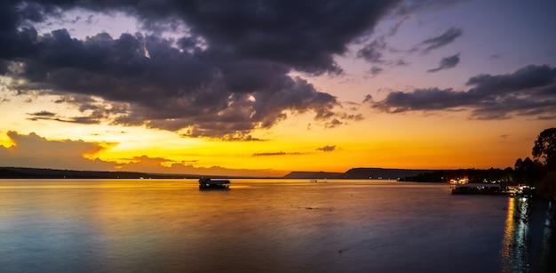 Zonsondergang op het meer bij schemering