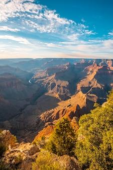 Zonsondergang op het pima-punt van grand canyon en rio colorado op de achtergrond