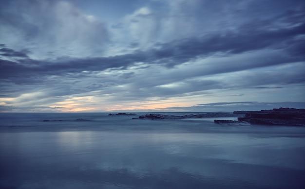 Zonsondergang op het strand. catedrales-strand aan de kust van galicië