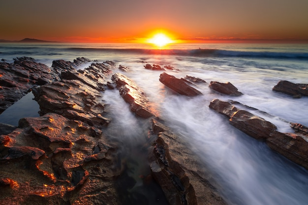 Zonsondergang op het strand van bidart, baskenland