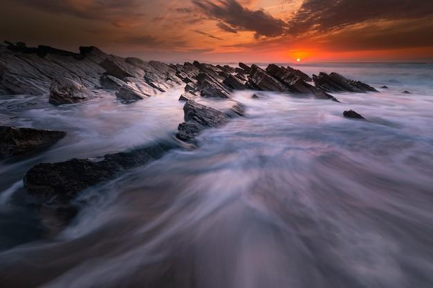 Zonsondergang op het strand van bidart naast biarritz, baskenland.