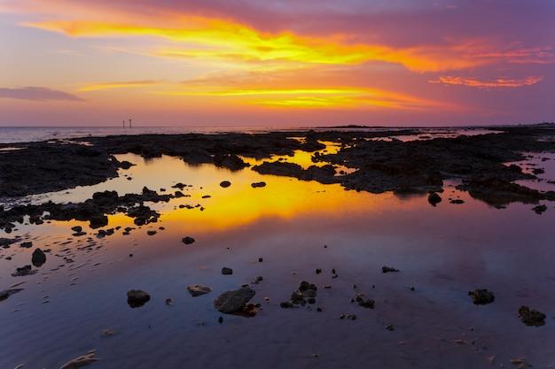 Zonsondergang op het strand van chiclana, cadiz, spanje