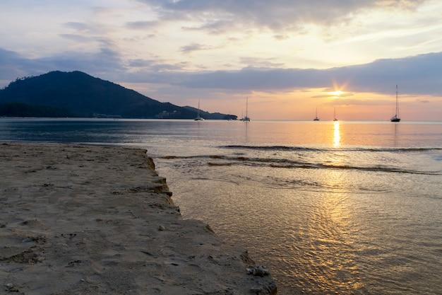 Zonsondergang op het strand van phuket thailand
