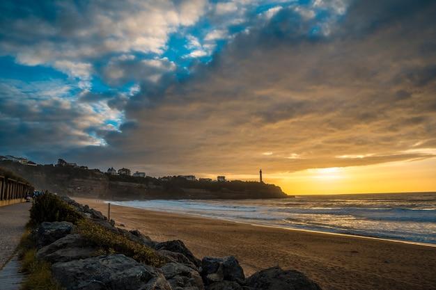 Zonsondergang op het strand van plage de la petite cambre d'amour in biarritz