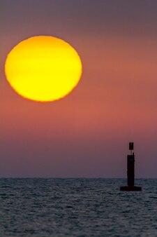 Zonsondergang op het strand van sanlucar de barrameda, cadiz, spanje