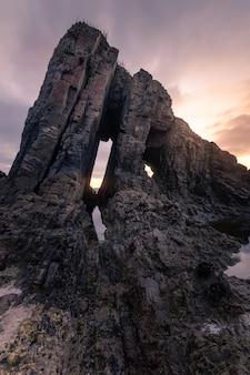 Zonsondergang op het strand van vallina, geweldig rotsachtig strand aan de kust van asturië, ten noorden van spanje