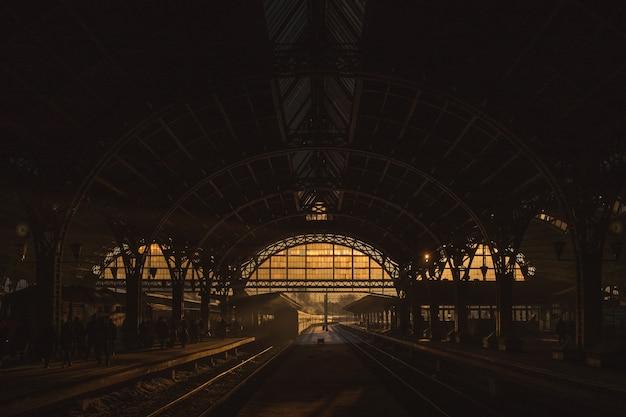 Zonsondergang op het treinstation