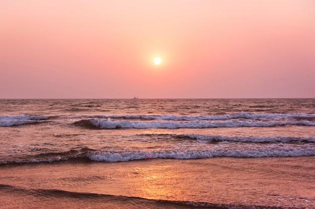 Zonsondergang op over de arabische zee. goa, india