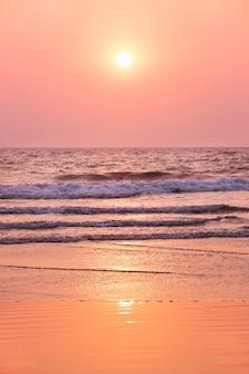 Zonsondergang op over de indische oceaan. goa, india
