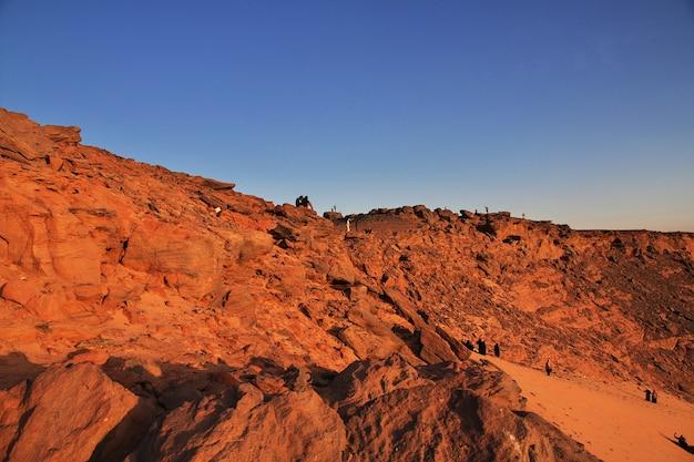 Zonsondergang op woestijn sahara in soedan