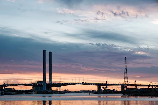 Zonsondergang op zee en brug
