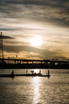 Zonsondergang op zee en de stad